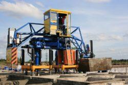 Машина технологического процесса для устройства сотовых бетонных полей в работе.